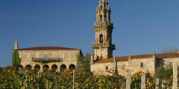 Viñedo O Naranxo con la iglesia y la Rectoral