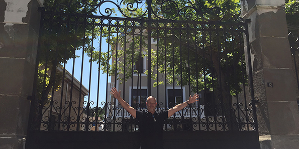 Jeff en la puerta de su casa